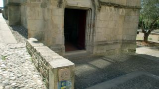 Marca del Camino del Piamonte frente a la chapelle Notre Dame de la Santé, Carcassonne
