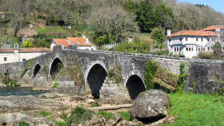 Puente medieval de Ponte Maceira sobre el río Tambre