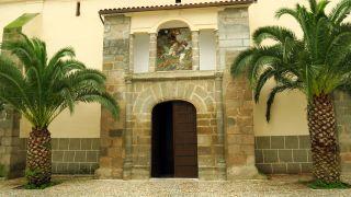 Portada de la iglesia de Medina de las Torres, con un Santiago guerrero