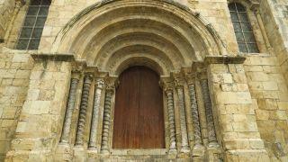 Portal románica de la iglesia de São Tiago en Coimbra