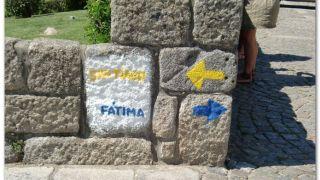 Las flechas azules a Fátima nos acampañarán en buena parte del camino