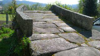 Puente medieval junto al camino en Augapesada
