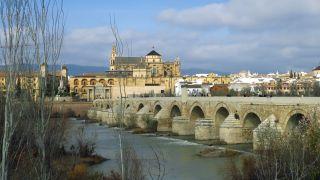 Puente Romano y, al fondo, la Mezquita-Catedral de Córdoba