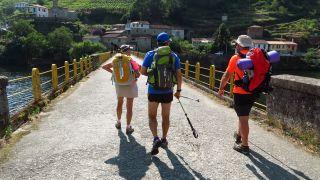 Cruzando el puente sobre el río Miño en Belesar