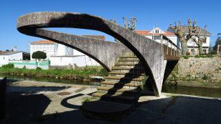 Curioso puente peatonal en Neda