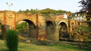 A Ponte Nova, de siete arcos, sobre el río Sil en Sobradelo