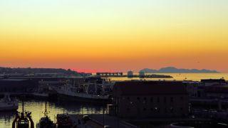 Puesta de sol sobre las islas Cíes, vistas desde Vigo