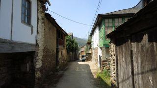 Paso por el pequeño pueblo de Pumares