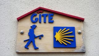 Placa del albergue de peregrinos de Revel