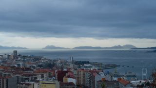 Amanecer en Vigo, con la ría y al fondo las islas Cíes