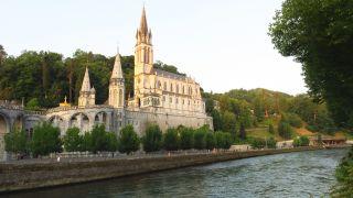 El río Gave de Pau ante el santuario de Lourdes