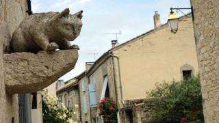 Calle con escultura de gato, La Romieu