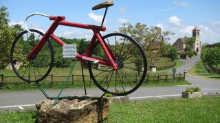 Bicicleta del Tour 2004 e iglesia, Saint-Jean-Mirabel