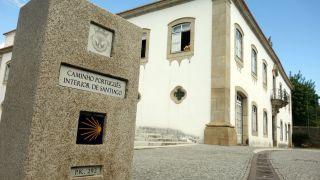 Câmara Municipal y marco del Camino Portugués Interior, Santa Marta de Penaguiâo