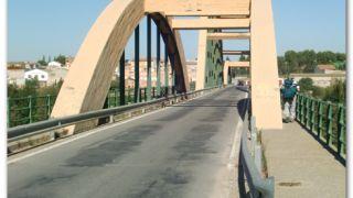 Puente en la entrada de Sástago