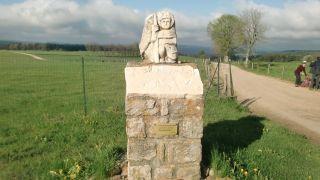 Monumento a los peregrinos a la salida de Les Sétoux
