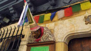 Sombrero cónico con cintas, típico de los carnavales, en el casco viejo de Hondarribia