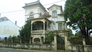 Villa con aspecto fantasmagórico en Mourisca do Vouga