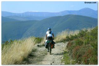 Peregrino ciclista cruzando los Montes de León