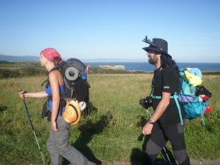 Anina y un peregrino en el Camino del Norte