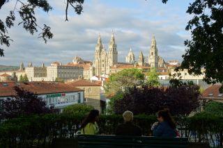 La fachada del Obradoiro, de un blanco deslumbrante, vista desde la Alameda