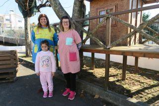 Maestras y una alumna de Casa da Árvore
