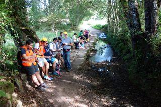 Un grupo escolar con su sesión de meditación en plena ruta (Marzán)