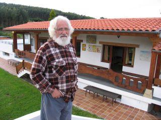 Padre Ernesto Bustío, alma mater del albergue La Cabaña del Abuelo Peuto en Güemes (Camino del Norte)