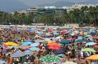 Playa abarrotada en la costa catalana (EFE / Jaume Sellart)