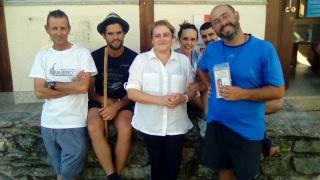 Puri, hospitalera del albergue de Olveiroa, rodeada de peregrinos