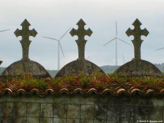 Aerogeneradores y cruces del cementerio de Dumbría