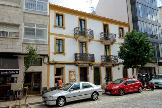 Fachada del albergue Viejo Quijote, en la entrada de los caminos Francés, Primitivo y Norte por la Rúa dos Concheiros