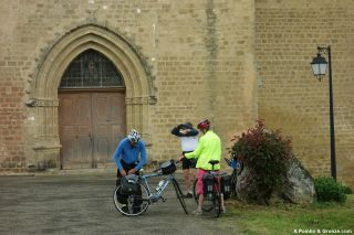 Peregrinos ante la puerta de la iglesia, Auriébat