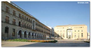 Casa del Monte (izq.) y Ayuntamiento de Baena