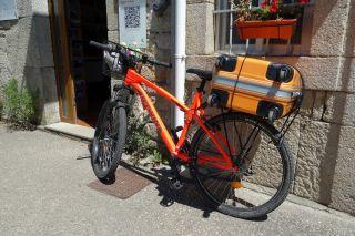 La maleta sustituye a mochilas y alforjas en el Camino, incluso en las bicis (Sarria)