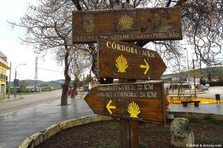 Poste y bifurcación a la salida de Castro del Río