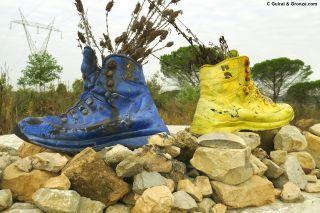 Botas pintadas marcando los caminos a Fátima y a Santiago