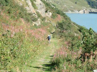 Camino junto al Lac des Toules
