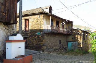 Fuente y casa tradicionales en A Rúa de Valdeorras