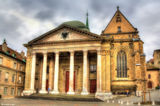 Fachada principal de la catedral de Saint-Pierre de Genève
