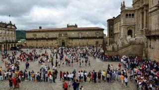 Colas formadas en agosto, para visitar el Pórtico de la Gloria, en la Plaza del Obradoiro (Foto: La Voz de Galicia)