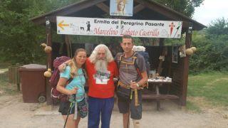 Cristina y Manuel (dcha.), peregrinos que celebran su boda en un lugar muy especial del Camino