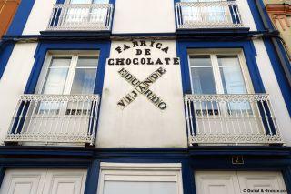 Rótulo de una antigua fábrica de chocolate en Vegadeo