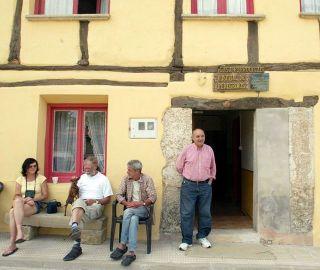 Albergue de Tosantos, con José Luis Antón y peregrinos en la entrada