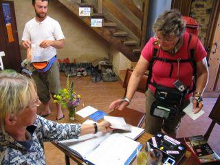 Acogida de peregrinos en el albergue parroquial de El Acebo