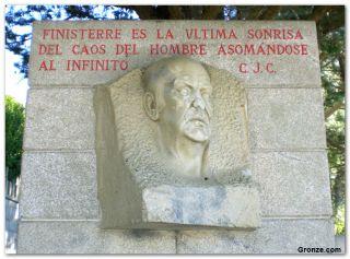 Poema de Camilo José Cela, en la entrada de la playa de Langosteira