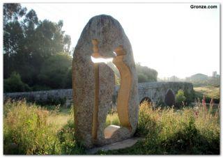 Monumento al peregrino y puente medieval sobre el río Louro