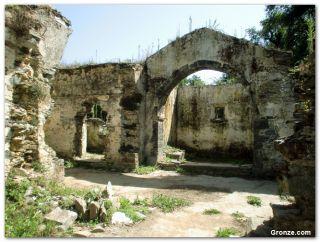 Ruinas de la antigua iglesia y cementerio de Santiago, a la salida de Luarca