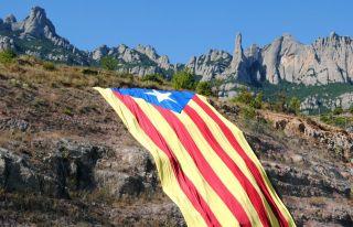 Gran Estelada colgada en Montserrat, punto de partida habitual para muchos peregrinos jacobeos catalanes.