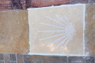 Señal del Camino Mozárabe colocada en el casco antiguo de Málaga
